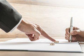 Может ли муж при разводе забрать у жены свою фамилию и как это можно осуществить
