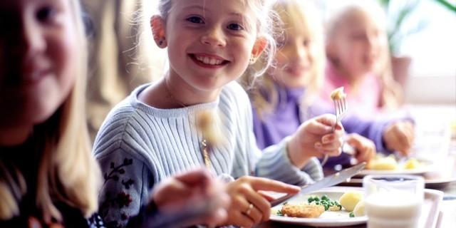 Питание в школе для многодетных семей, помощь и выплаты на первоклассника
