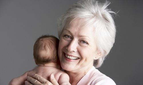 Кто может пойти в декретный отпуск вместо матери ребенка и как его оформить на родственника