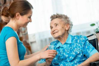 Опекунство над пожилым человеком (80 лет): как оформить, сколько платят опекуну