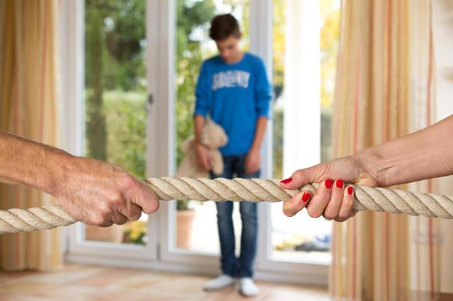 Можно ли при разводе оставить фамилию мужа и имеет ли право супруг ее забрать