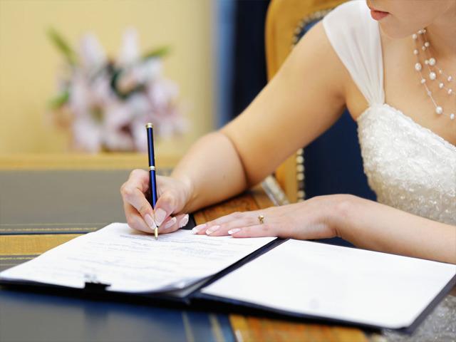 На какую фамилию можно поменять свою и можно ли изменить данные до регистрации брака