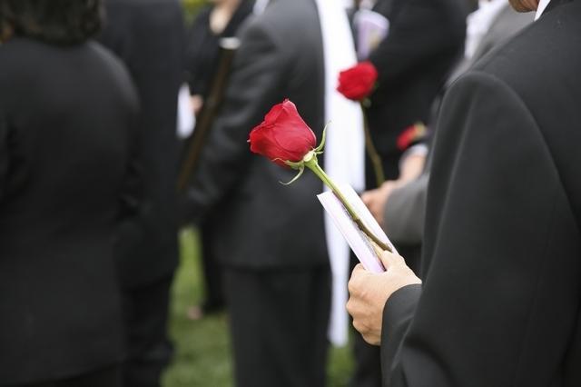 Какие компенсации выплачивают после смерти близкого: возмещение расходов на похороны и другие виды материальной помощи