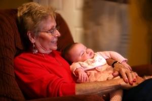 Как оформить декретный отпуск на бабушку, если она работает официально