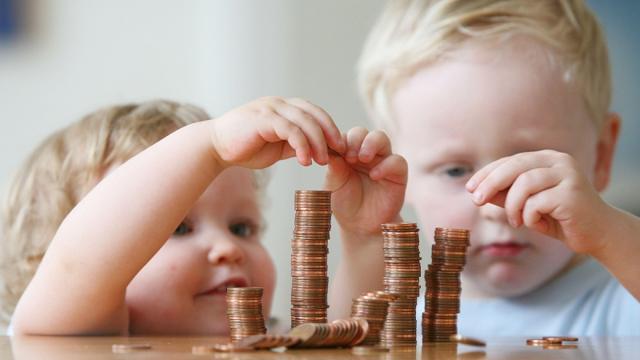 Сколько платят за приемного ребенка: усыновление и опека, пособия и льготы