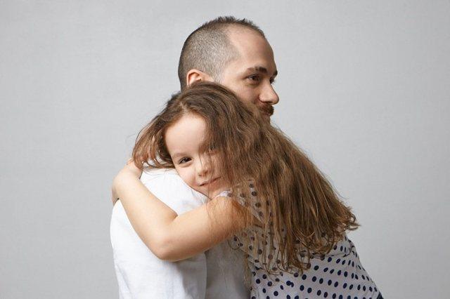 После развода ребенок не хочет общаться с отцом – как наладить контакт во время посещений