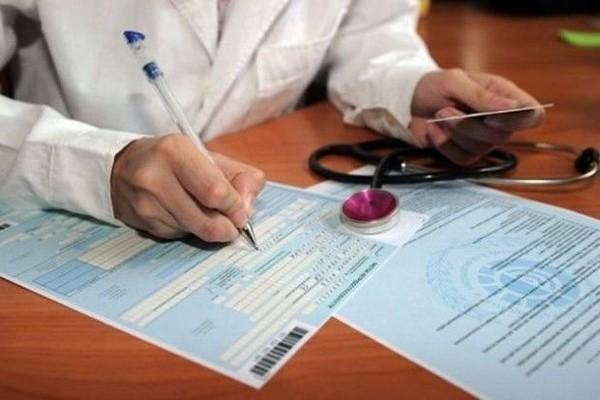 Оплачивается ли больничный в выходные дни и входят ли праздники в расчет пособия