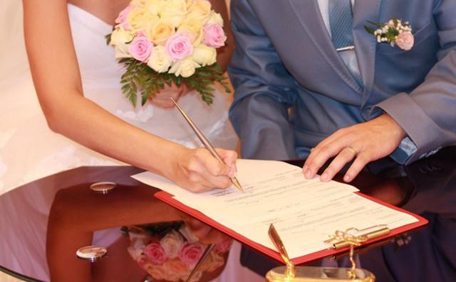 Двойная фамилия при заключении брака: чья первая, можно ли взять после свальбы
